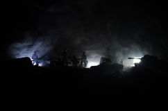 Conceito da guerra Silhuetas militares que lutam a cena no fundo do céu da névoa da guerra, silhuetas dos soldados da guerra mund Imagem de Stock Royalty Free