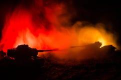 Conceito da guerra Silhuetas militares que lutam a cena no fundo do céu da névoa da guerra, silhuetas dos soldados da guerra mund Foto de Stock Royalty Free