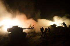 Conceito da guerra Silhuetas militares que lutam a cena no fundo do céu da névoa da guerra, silhuetas dos soldados da guerra mund Foto de Stock