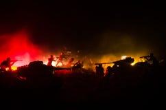 Conceito da guerra Silhuetas militares que lutam a cena no fundo do céu da névoa da guerra, silhuetas dos soldados da guerra mund Fotografia de Stock