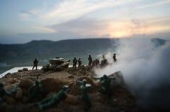 Conceito da guerra Silhuetas militares que lutam a cena no fundo do céu da névoa da guerra, silhuetas dos soldados da guerra mund Imagens de Stock Royalty Free