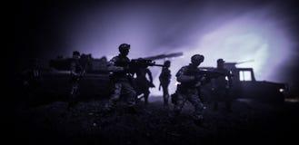 Conceito da guerra Silhuetas militares que lutam a cena no fundo do céu da névoa da guerra, silhuetas de combate abaixo da skylin imagens de stock