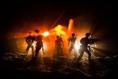 Conceito da guerra Silhuetas militares que lutam a cena no fundo do céu da névoa da guerra, silhuetas de combate abaixo da skylin fotos de stock