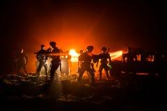 Conceito da guerra Silhuetas militares que lutam a cena no fundo do céu da névoa da guerra, silhuetas de combate abaixo da skylin foto de stock