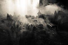 Conceito da guerra Silhuetas militares que lutam a cena no fundo do céu da névoa da guerra, silhuetas dos soldados da guerra mund Imagem de Stock