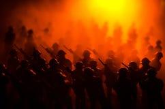 Conceito da guerra Silhuetas militares que lutam a cena no fundo do céu da névoa da guerra, silhuetas dos soldados da guerra mund Imagens de Stock