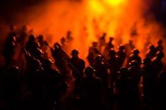 Conceito da guerra Silhuetas militares que lutam a cena no fundo do céu da névoa da guerra, silhuetas dos soldados da guerra mund Fotos de Stock