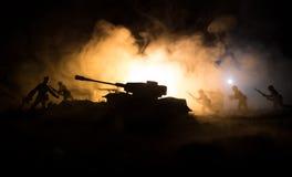 Conceito da guerra Silhuetas militares que lutam a cena no fundo do céu da névoa da guerra, silhuetas dos soldados da guerra mund Fotos de Stock Royalty Free