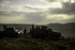 Conceito da guerra Silhuetas militares que lutam a cena no fundo do céu da névoa da guerra, silhuetas dos soldados da guerra mund Fotografia de Stock Royalty Free