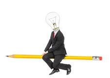 Conceito da ideia Homem no terno de negócio com a ampola como a cabeça Fotografia de Stock
