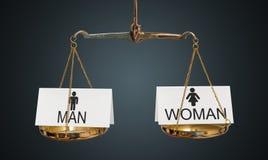 Conceito da igualdade dos homens e das mulheres As escalas estão comparando homens e mulheres imagem de stock