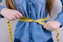 Conceito da inanição da fome da escala do tamanho de Bmi A foto colhida do close up de cansado infeliz esgotado comprimido forçou foto de stock