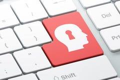 Conceito da informação: Buraco da fechadura de Whis da cabeça na parte traseira do teclado de computador Foto de Stock