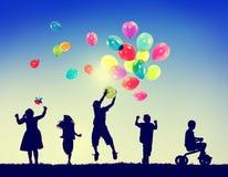Conceito da inocência da imaginação da felicidade da liberdade das crianças do grupo foto de stock