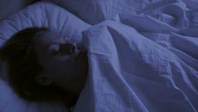 Conceito da insônia A mulher na cama na noite não pode dormir video estoque