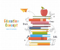 Conceito da instrução Empilhe livros com a lápis fórmulas do desenho e formas geométricas das garatujas De volta ao fundo da esco Fotos de Stock