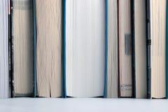 Conceito da instrução Estante com fileira de livros importantes para o fundo fotos de stock