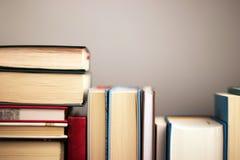Conceito da instrução Estante com os livros importantes com espaço para a mensagem imagem de stock royalty free