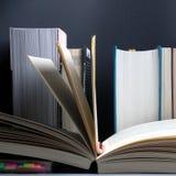 Conceito da instrução Livro aberto no fundo da estante com fileira de livros importantes imagem de stock royalty free