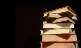Conceito da instrução Pilha de livros no fundo escuro Foto de Stock