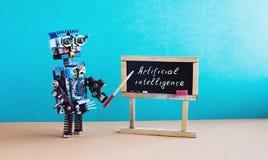 Conceito da inteligência artificial O professor do robô explica a teoria moderna Interior da sala de aula com citações escritas à foto de stock royalty free