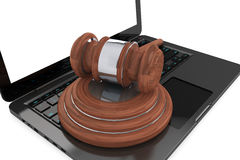 Conceito da lei do Cyber. Portátil de Moder com martelo de madeira Fotos de Stock Royalty Free