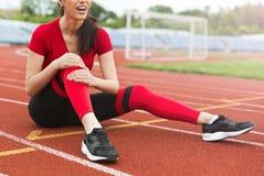 Conceito da lesão de joelho do esporte imagem de stock