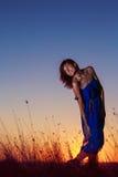 Conceito da liberdade da felicidade da felicidade Mulher bonita que aprecia a SU Fotografia de Stock Royalty Free