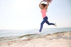 Fêmea caucasiano alegre nova bonita alegre de sorriso feliz da mulher Fotos de Stock Royalty Free