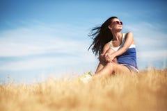 Conceito da liberdade Mulher bonita que aprecia o sol do verão no campo Fotografia de Stock Royalty Free
