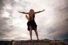 Conceito da liberdade - mulher no pico de montanha Fotografia de Stock Royalty Free