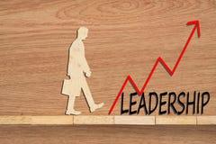 Conceito da liderança, blocos de madeira e homem de negócios com growt vermelho Fotografia de Stock