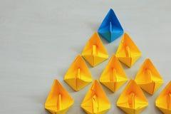 Conceito da liderança com barcos de papel Imagens de Stock