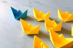 Conceito da liderança com barcos de papel Foto de Stock