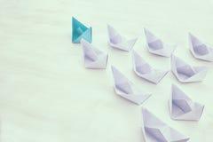 conceito da liderança, seguidores principais do barco do papel azul imagens de stock royalty free