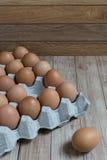 Conceito da liderança: Um ovo é proeminente do grupo de bro Imagens de Stock Royalty Free