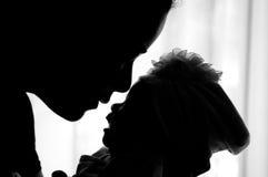 Conceito da ligação do dia da mãe com cuidados recém-nascidos do bebê A mãe é de jogo e de fala com o bebê recém-nascido ao lado  Fotografia de Stock Royalty Free
