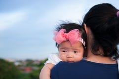 Conceito da ligação do dia da mãe com cuidados recém-nascidos do bebê A mãe está guardando o bebê recém-nascido com a faixa do ro Imagem de Stock Royalty Free