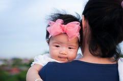 Conceito da ligação do dia da mãe com cuidados recém-nascidos do bebê A mãe está guardando o bebê recém-nascido com a faixa do ro Imagens de Stock