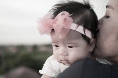 Conceito da ligação do dia da mãe com cuidados recém-nascidos do bebê A mãe está guardando o bebê recém-nascido com a faixa do ro Fotografia de Stock Royalty Free