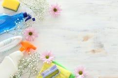 Conceito da limpeza da primavera com fontes sobre o fundo de madeira branco Vista superior, configura??o lisa fotos de stock