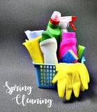 Conceito da limpeza da primavera Grupo colorido de fontes de limpeza em uma cesta azul com texto imagem de stock
