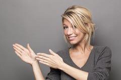 Conceito da linguagem corporal para dar boas-vindas à mulher loura Fotografia de Stock Royalty Free