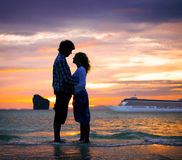Conceito da lua de mel da felicidade da praia do verão dos pares imagens de stock