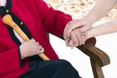 Conceito da mão amiga, doador de cuidado superior da mulher imagens de stock