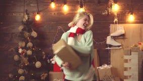 Conceito da música do Natal Dança da menina em para comemorar o ano novo Cabelo do disco Emoções do presente Feliz Natal e novo f filme