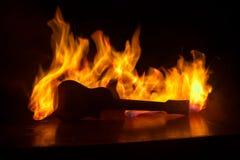 Conceito da música Guitarra acústica em um fundo escuro sob o feixe de luz com fumo com espaço da cópia Guitarra de explosão Efei fotografia de stock royalty free