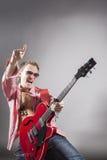 Conceito da música: Retrato do guitarrista masculino caucasiano expressivo P Imagens de Stock
