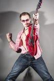 Conceito da música: Retrato do guitarrista masculino caucasiano expressivo P Fotos de Stock