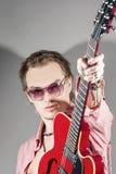Conceito da música: Retrato do guitarrista masculino caucasiano expressivo P Fotografia de Stock